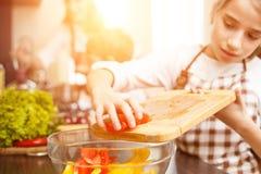 Cocinero joven del adolescente así como su familia Imágenes de archivo libres de regalías