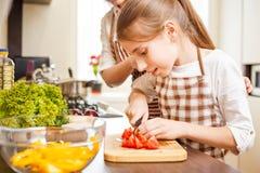 Cocinero joven del adolescente así como su familia Fotografía de archivo libre de regalías