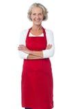 Cocinero mayor feliz que presenta con confianza imágenes de archivo libres de regalías