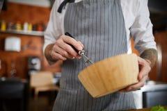 Cocinero Mixing Eggs fotografía de archivo libre de regalías