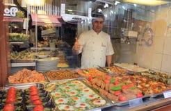 Cocinero orgulloso de comidas locales, Estambul, Turquía Foto de archivo