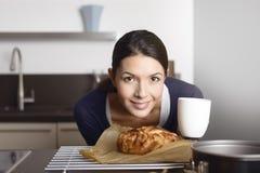 Cocinero orgulloso que dobla a una tarta de manzanas recientemente cocida Imagen de archivo libre de regalías