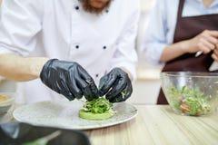 Cocinero Plating Dishes Fotografía de archivo