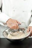 Cocinero Prepares Pastry fotos de archivo