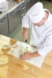 Cocinero profesional que prepara setas en cocina grande Fotografía de archivo libre de regalías