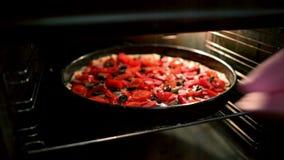 Cocinero Pulls una pizza fuera del horno almacen de metraje de vídeo