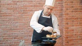 Cocinero que adorna la placa con las bolas de masa hervida preparadas Imagenes de archivo