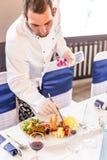 Cocinero que adorna la placa del aperitivo Imagen de archivo