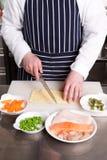 Cocinero que cocina el lasagna de los mariscos Fotos de archivo