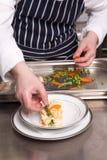Cocinero que cocina el lasagna de los mariscos Foto de archivo libre de regalías