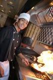 Cocinero que cocina en la cena Fotografía de archivo