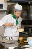 Cocinero que cocina en la cocina Imágenes de archivo libres de regalías