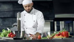 Cocinero que cocina en la cocina del restaurante Cocinero profesional que prepara la comida sana almacen de video