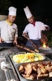 Cocinero que cocina la barbacoa de la cena fotos de archivo