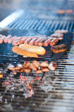 Cocinero que cocina la carne foto de archivo
