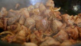 Cocinero que cocina la cebolla y la carne en cacerola del wok almacen de video