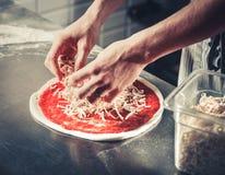Cocinero que cocina la pizza gastrónoma Imagen de archivo libre de regalías