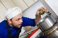 Cocinero que cocina una sopa imagen de archivo