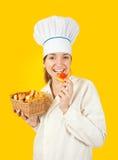 Cocinero que come los pasteles sabrosos Imágenes de archivo libres de regalías