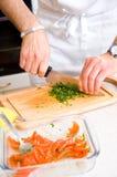 Cocinero que corta el perejil Foto de archivo libre de regalías