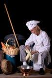 Cocinero que desvaina maíz Imagen de archivo