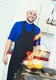 Cocinero que hace la carne del flambe foto de archivo libre de regalías