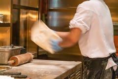 Cocinero que hace la pizza en el restaurante de la cocina imagenes de archivo