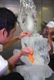 Cocinero que hace la talla del hielo Foto de archivo