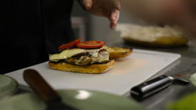 Cocinero que hace un bocadillo almacen de metraje de vídeo