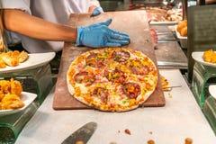 Cocinero que hace una pizza grande foto de archivo