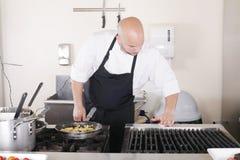 Cocinero que limpia la cocina Imágenes de archivo libres de regalías