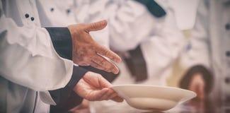 Cocinero que muestra el cuenco de la clase Imagenes de archivo