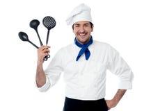 Cocinero que muestra esencial de la cocina fotos de archivo