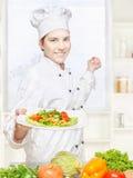 Cocinero que ofrece la comida vegetariana Fotos de archivo libres de regalías