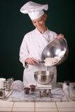 Cocinero que pesa la harina Fotografía de archivo libre de regalías