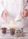 Cocinero que pesa los ingredientes Imágenes de archivo libres de regalías