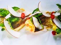Cocinero que platea encima de la comida Fotografía de archivo