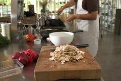 Cocinero que prepara el alimento en la cocina imagen de archivo