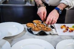 Cocinero que prepara el postre Foto de archivo