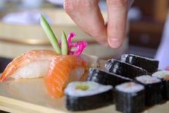 cocinero que prepara el sushi Fotografía de archivo