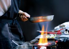 Cocinero que prepara la comida, comida, en la cocina, cocinero que cocina, cocinero que adorna el plato imagenes de archivo