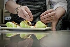 Cocinero que prepara la ensalada Imagenes de archivo