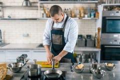 Cocinero que prepara la pasta para las pastas en cocina Foto de archivo libre de regalías