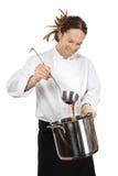 Cocinero que prepara la sopa en crisol grande Imagen de archivo