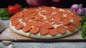 Cocinero que prepara una pizza Capítulo Lugar de la pizza Preparación de alimento Cocinero de la pizza Cocinero que lanza la past almacen de metraje de vídeo