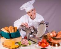 Cocinero que rebana la carne de vaca de carne asada Imagenes de archivo