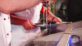 Cocinero que saca las cáscaras del acuario del restaurante de los mariscos, primer metrajes