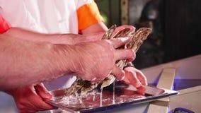 Cocinero que saca las cáscaras del acuario del restaurante de los mariscos, primer almacen de metraje de vídeo