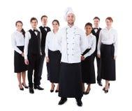 Cocinero que se coloca delante de su equipo