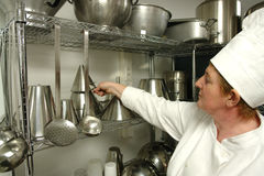 Cocinero que se prepara para cocinar Imagenes de archivo
